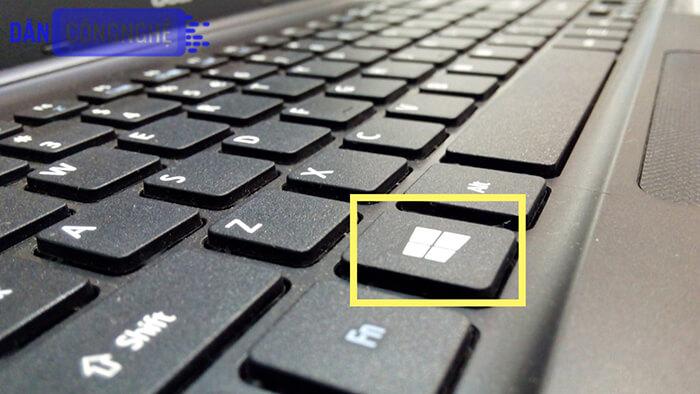 tổ hợp phím PrtScr/PrintScreen + Windows.