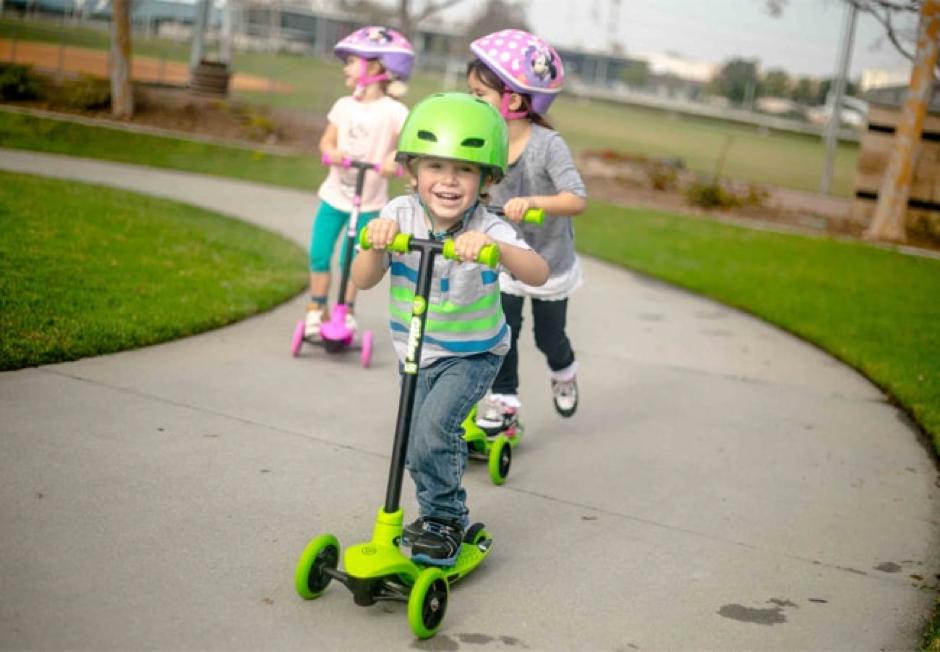 Di chuyển xe trượt bằng cách dùng một chân đạp tạo lực đẩy